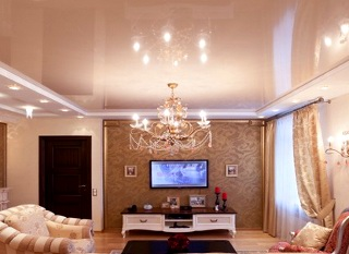 глянцевый потолок в зале