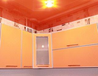 оранжевый натяжной потолок в кухне